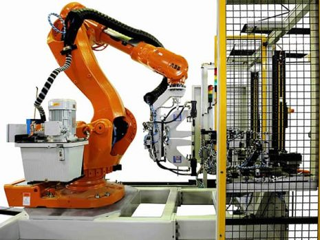 Robot with 2 hydraulic clinch units face to face